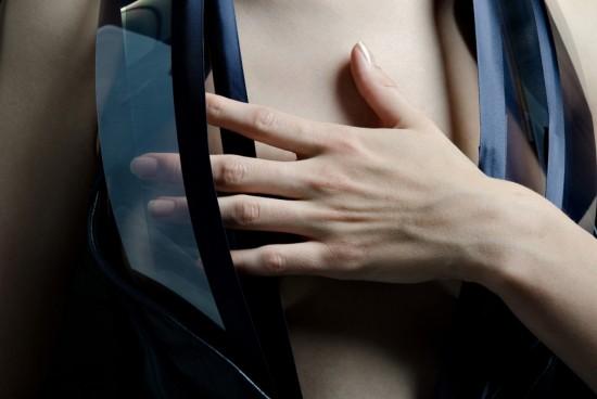 Платье становится прозрачным, когда сердце владельца начинает биться учащенно.