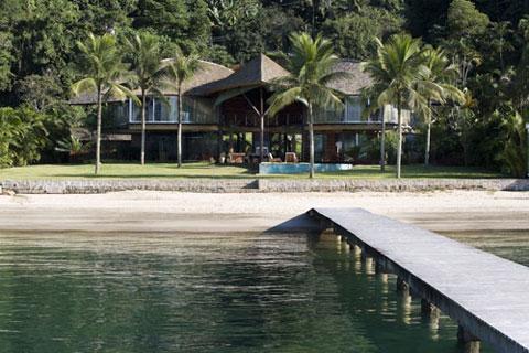 Дом находится на самом берегу моря.