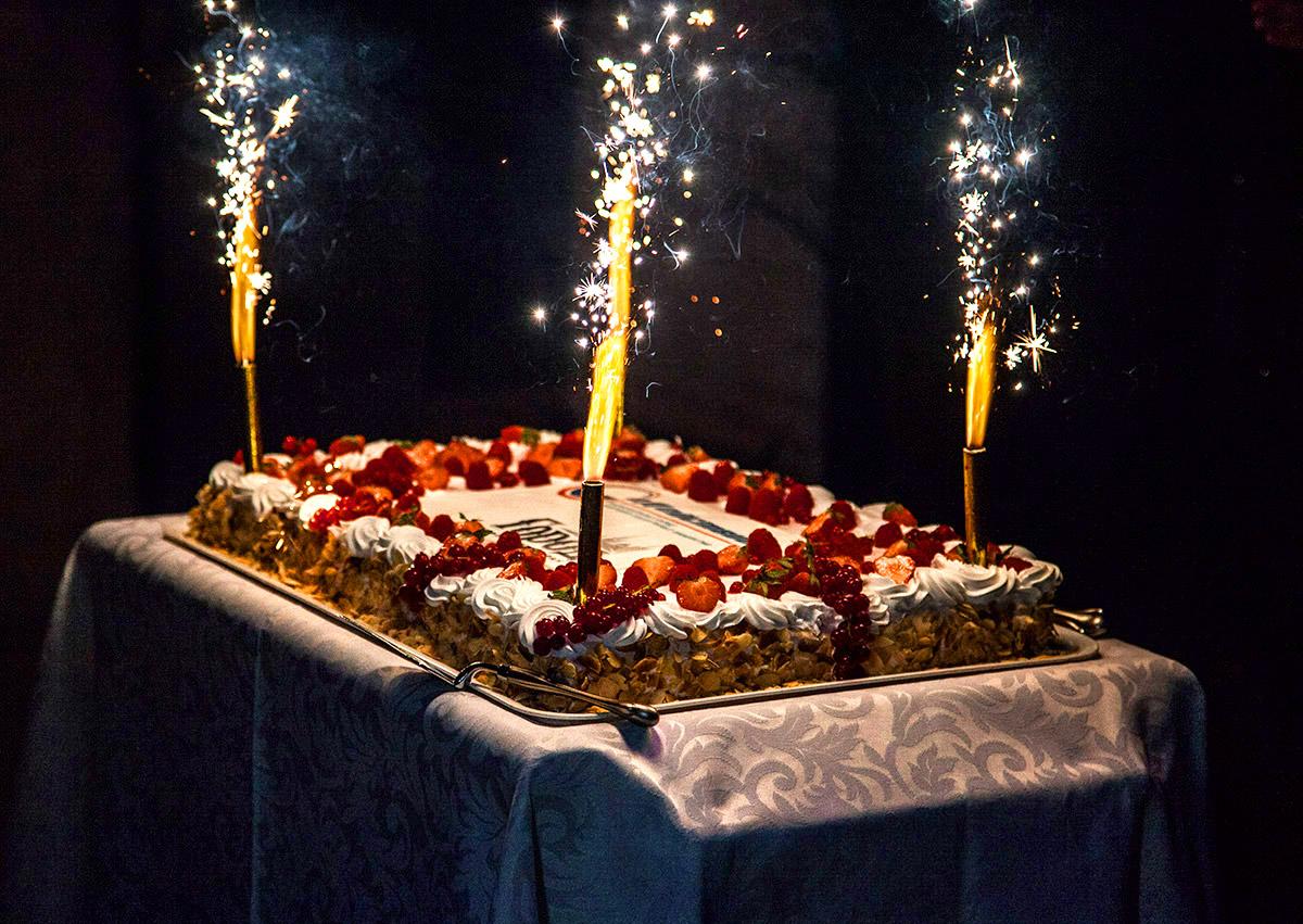 Вынос торта на юбилей мужчине